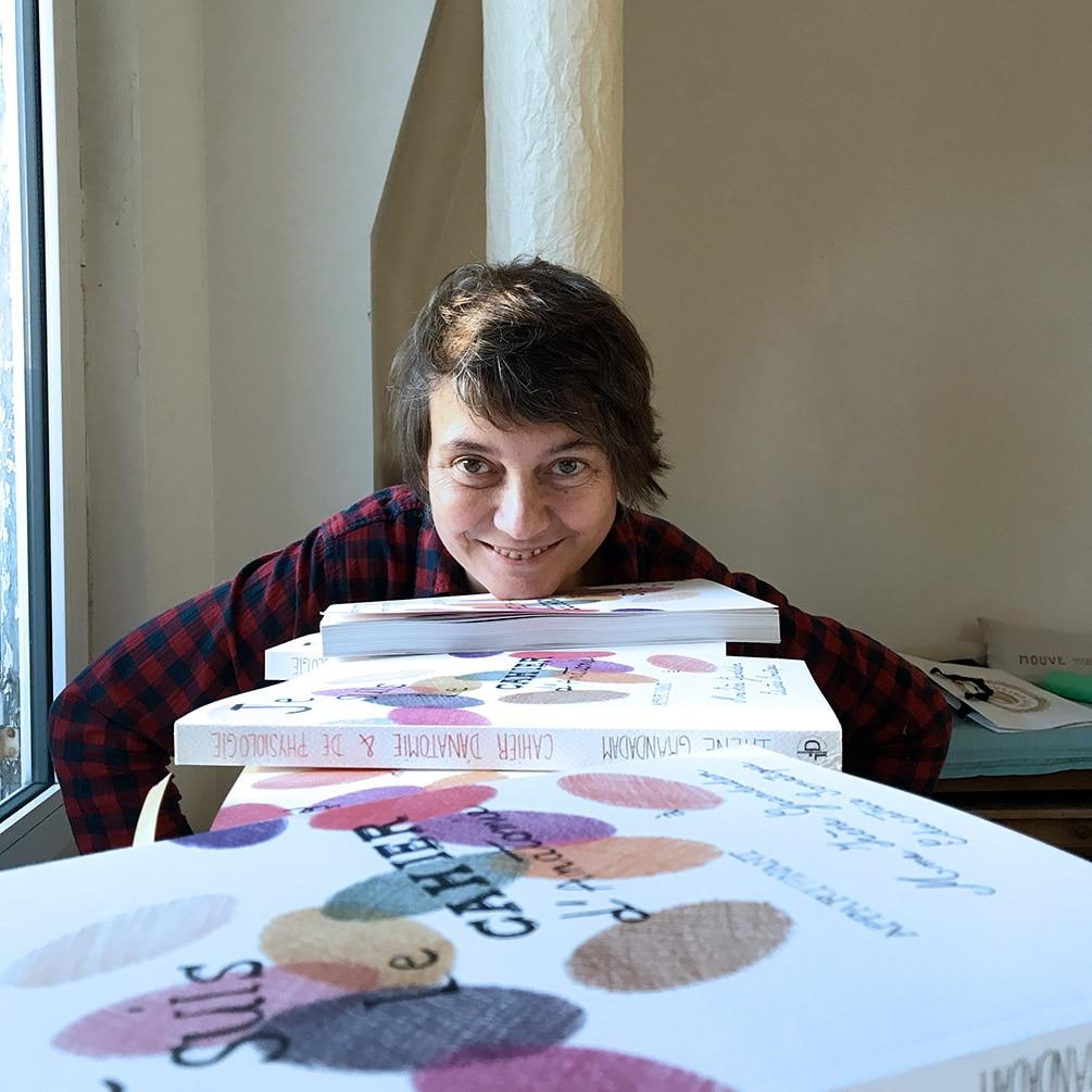 """Irène pose avec des exemplaires de son livre : """"Je suis le cahier d'anatomie…"""""""